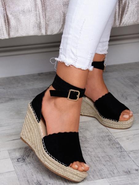 kryte sandały na koturnie