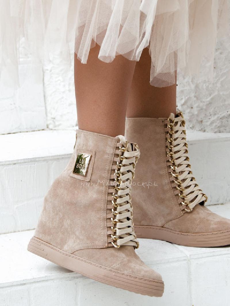 Beżowe buty sportowe damskie zamszowe na koturnie