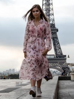 Sukienka pudrowa w kwiaty