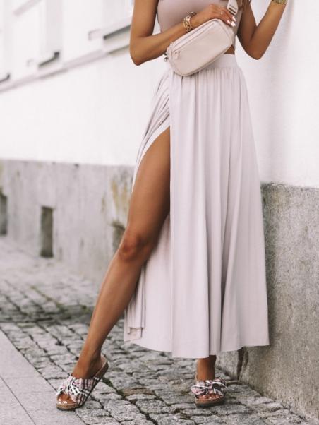 Długa spódnica z rozcięciem...