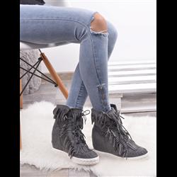 Płaskie czarne sandały ze złotymi blaszkami